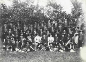 Die Bürgerkapelle Tramin in der Nationaltracht, 1919