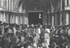 8 - Vor der Markusbasilika in Venedig 1934